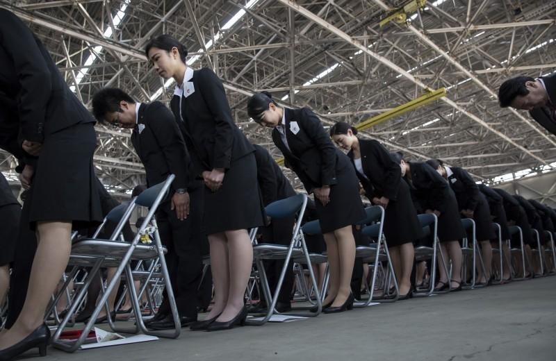 日本航空與JR東日本鐵路公司今年相繼宣布,將於2020年把女性員工的裙裝改為褲裝,除了增加工作上的靈活性,也降低女性員工被性騷擾的可能性。(彭博)