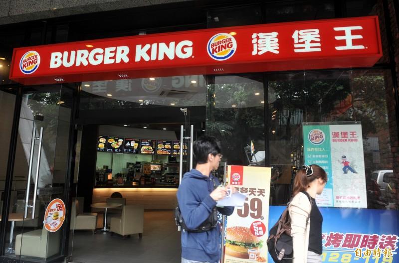 漢堡王推出限時優惠,只要憑麥當勞、肯德基的「套餐」發票明細,就可免費兌換一個漢堡。(資料照)