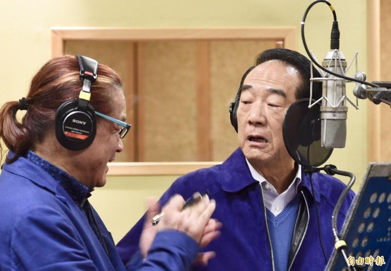 親民黨總統候選人宋楚瑜5日於台北錄製競選歌曲,在和製作人試唱過一輪後,直呼「做省長比較容易」。(記者羅沛德攝)