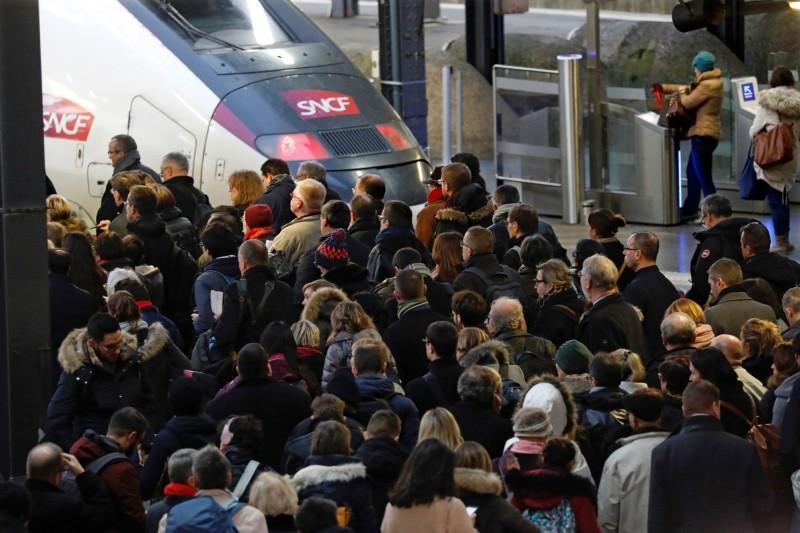 法國巴黎市區和大區地鐵、郊區快鐵癱瘓程度,預計因罷工活動達90%(路透)