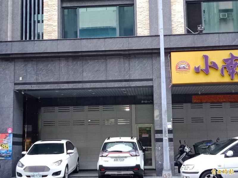 挺韓碗粿店的店面現況,招牌及紅白條均已撤下。(記者葛祐豪攝)