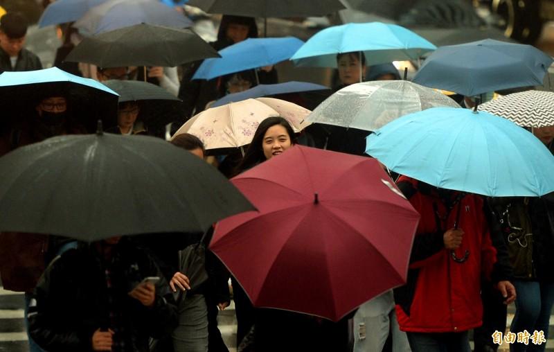 中央氣象局指出,今天(5日)全台各地有雨,北部和東北部降雨時間較長。(資料照)