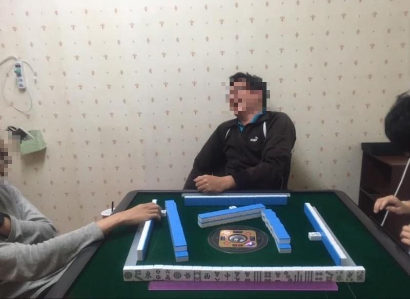 原PO貼出與朋友打麻將的照片,可以看到她已經「大相公」了。(圖擷自爆廢公社)