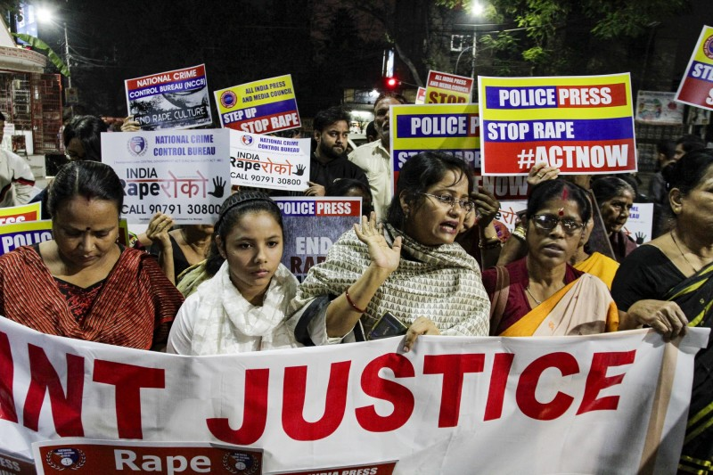 印度北部今(5)日傳出20歲性侵倖存者在出庭途中遭兇嫌放火,全身90%灼傷命危。圖為印度民眾抗議要求政府主持正義。(美聯社)