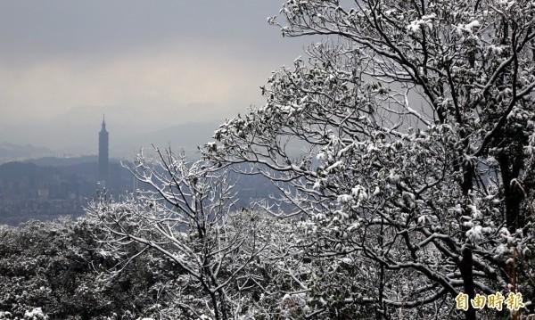 中央氣象局指出,6日晚間將有另一波更強的冷空氣來臨,屆時3千公尺以上的高山若水氣充足,將有機會降下初雪。圖為2016年寒流影響期間,大台北罕見的降雪。(資料照)