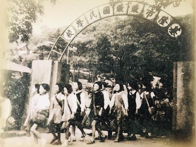 12月7日將歡度創校120週年的基隆市暖暖國小,有許多珍貴的歷史;圖為昔日老校友上下學的情況。(記者俞肇福翻攝)