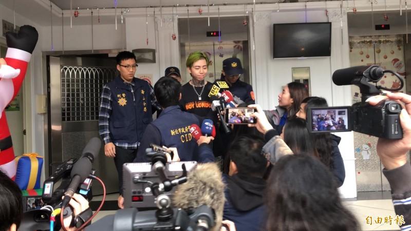 藝人謝和弦今天移送新北地檢,面對媒體詢問是否與直播主開房間,他微笑不語。(記者吳仁捷攝)