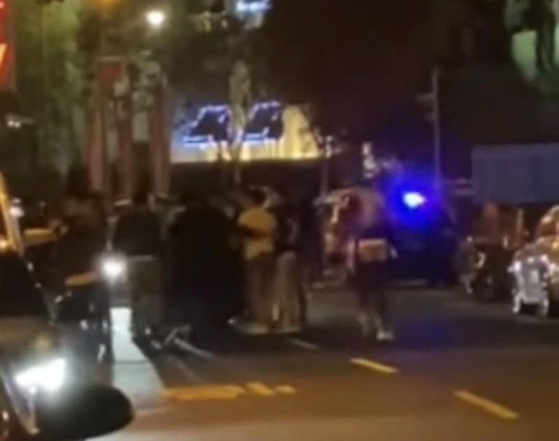 夜店外發生兩派人馬爆發拉扯衝突。(圖擷自爆料公社)