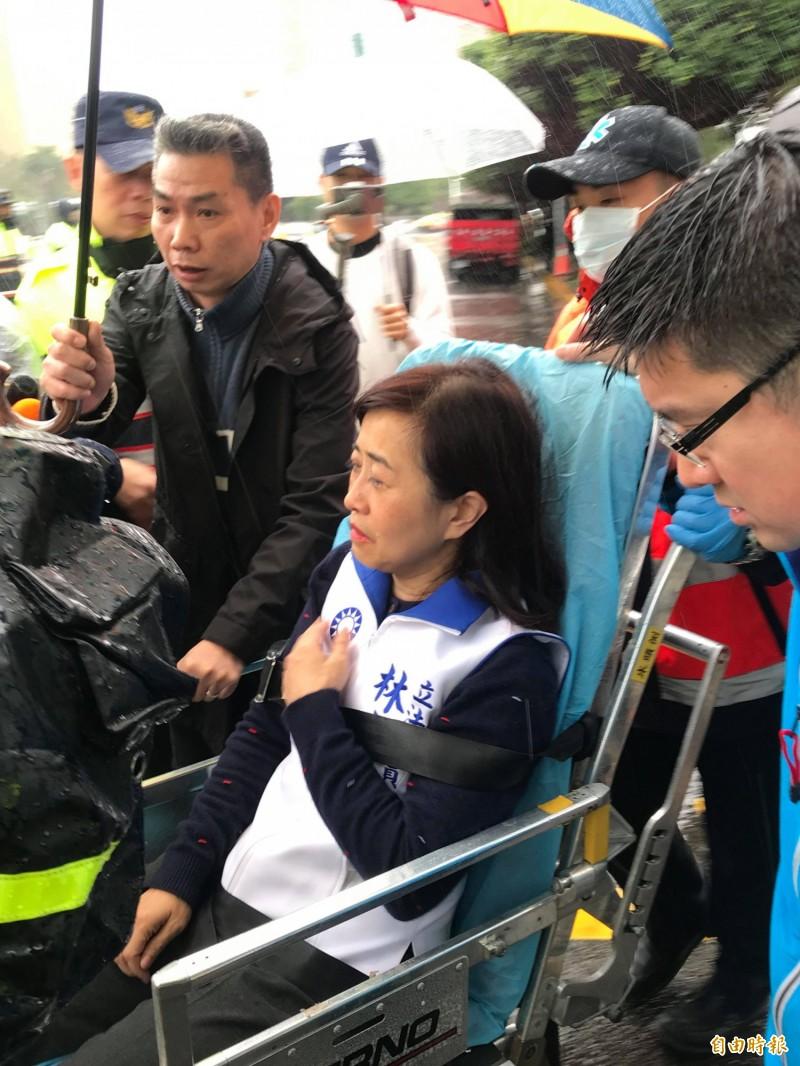 國民黨宣稱,立委林奕華因被夾在大門間動彈不得,最後身體不適,搭上救護車送醫(記者彭琬馨攝)