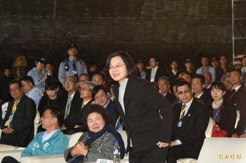 蔡英文回批謝龍介,台灣的選舉及民主,不能用雞排決定。(記者張忠義攝)