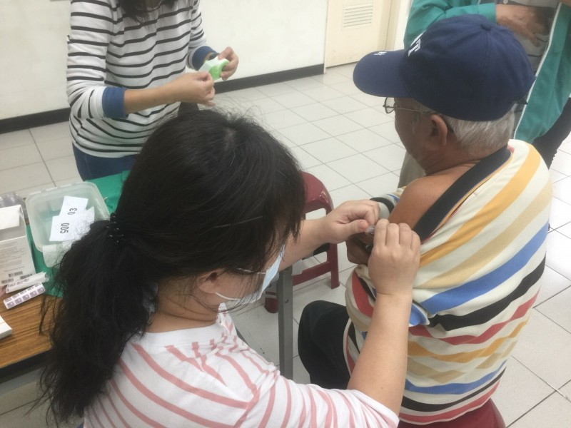 流感疫苗接種第二階段8日開打,而當天是週日,新竹市3區衛生所特別加開上午9-11點的半天門診,開放長輩施打流感疫苗。(記者洪美秀翻攝)