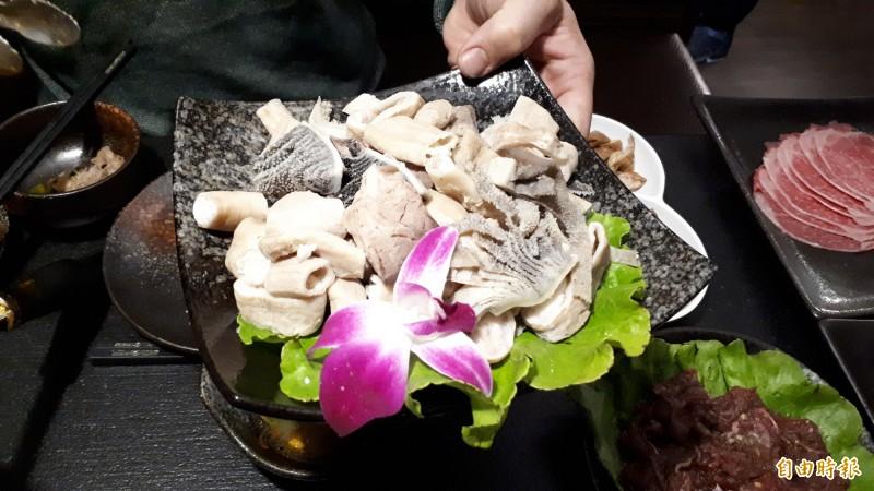 新竹市關新路老東家重慶麻辣鍋有最道地的麻辣鍋,也可搭配酸菜白肉鍋,讓大人小孩可共鍋用餐,食材都很新鮮。(記者洪美秀攝)