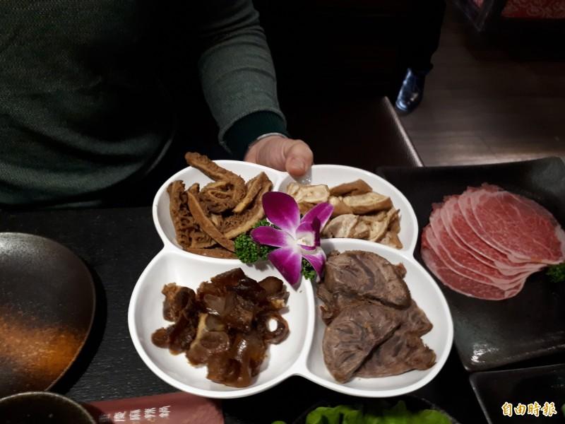 店內的食材都是新鮮溫體處理,不管是牛四寶還是牛雜或肉片,都讓人讚不絕口。(記者洪美秀攝)