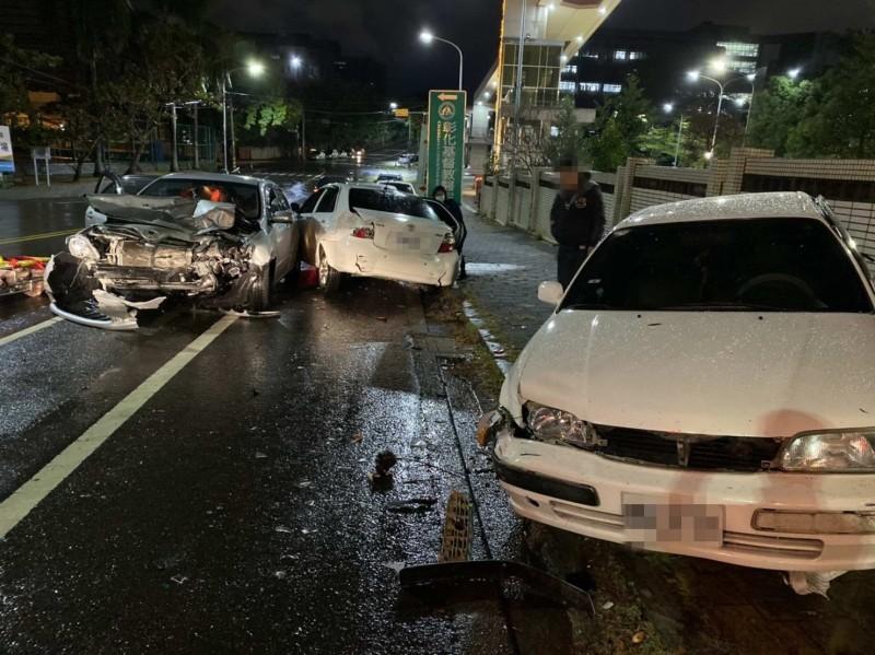 彰師大寶山校區前今晚驚傳5車連撞,現場一片狼藉。(記者湯世名翻攝)