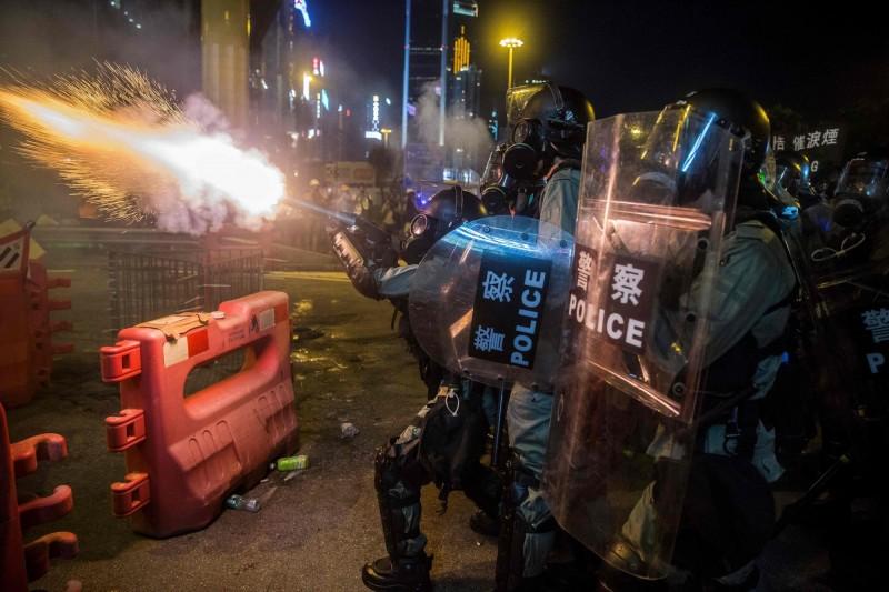 港警8月間在銅鑼灣處理反送中抗爭期間發射催淚彈。(法新社)