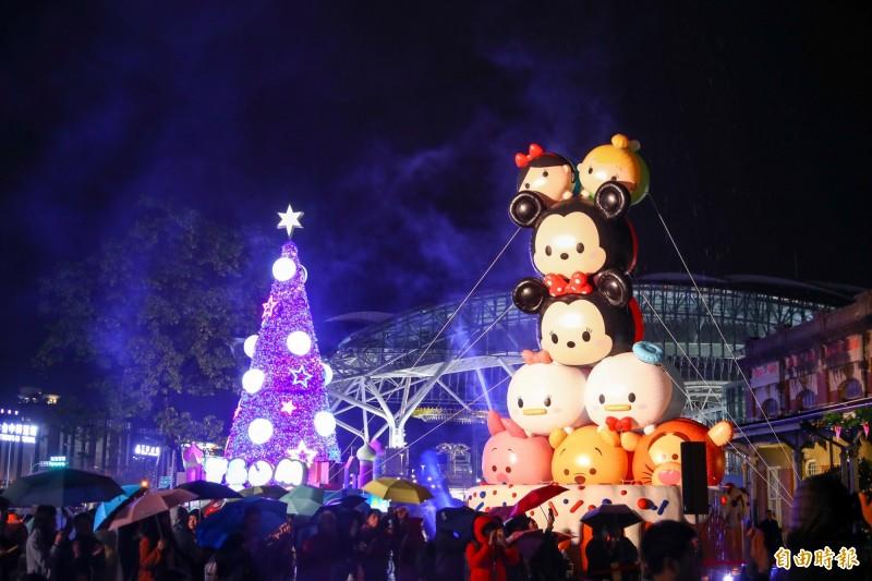 「2019台中耶誕城夢想世界」點燈綻放光芒,超Q造型讓大小朋友目不轉睛。(記者黃鐘山攝)