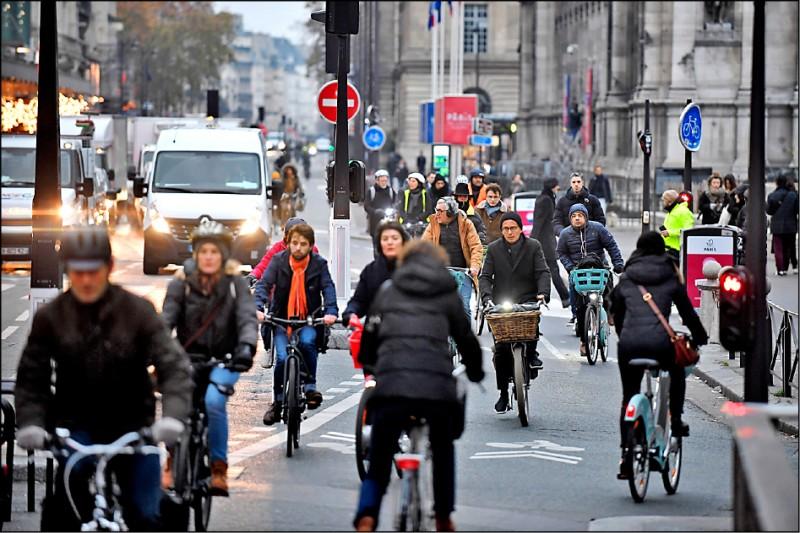 5日在巴黎市政府附近的里沃利街上,許多民眾受大罷工影響,只能改騎腳踏車出門。(歐新社)
