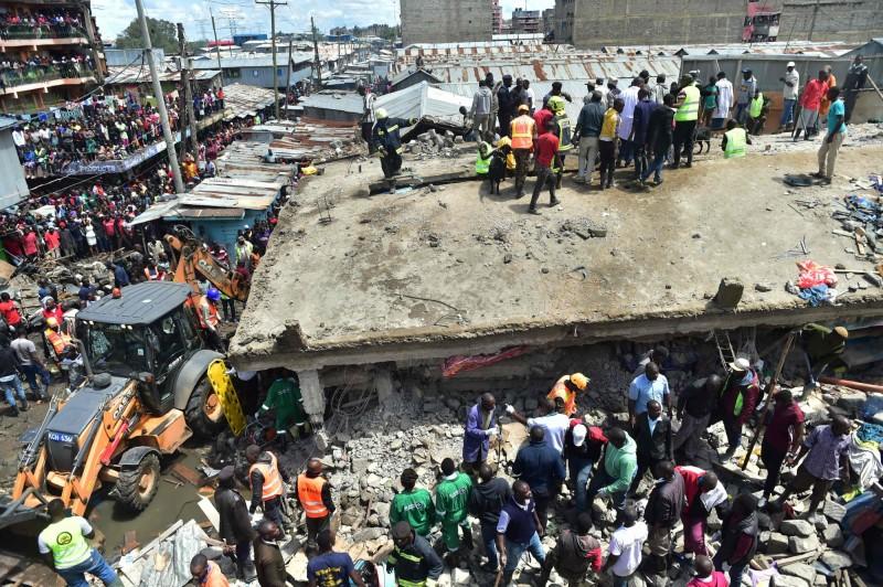肯亞首都奈洛比發生大樓倒塌事件,在搜救人員抵達前,已有鄰近莊園的居民徒手救出至少10人。(法新社)