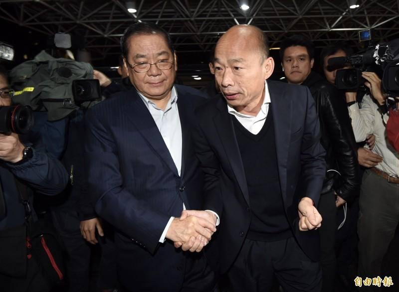 國民黨總統參選人韓國瑜到台大醫院,探望住院的立委陳玉珍、林奕華。(記者簡榮豐攝)