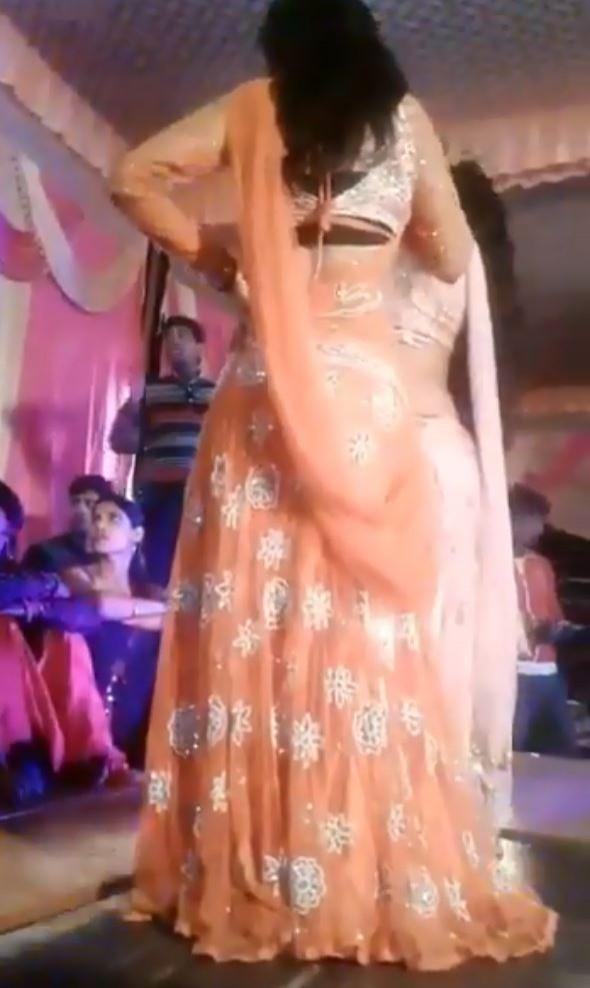 印度北方邦(Uttar Pradesh)1日驚傳有女舞者遭到槍擊!受害的女舞者原與搭擋受邀到婚禮上表演,2人在台上隨音樂起舞、炒熱氣氛,直到音樂突然被關掉,便停下動作、站在原地,卻因此引發醉酒男賓客的不滿,直接朝她臉部開槍。(圖擷取自推特 @AdityaRajKaul)
