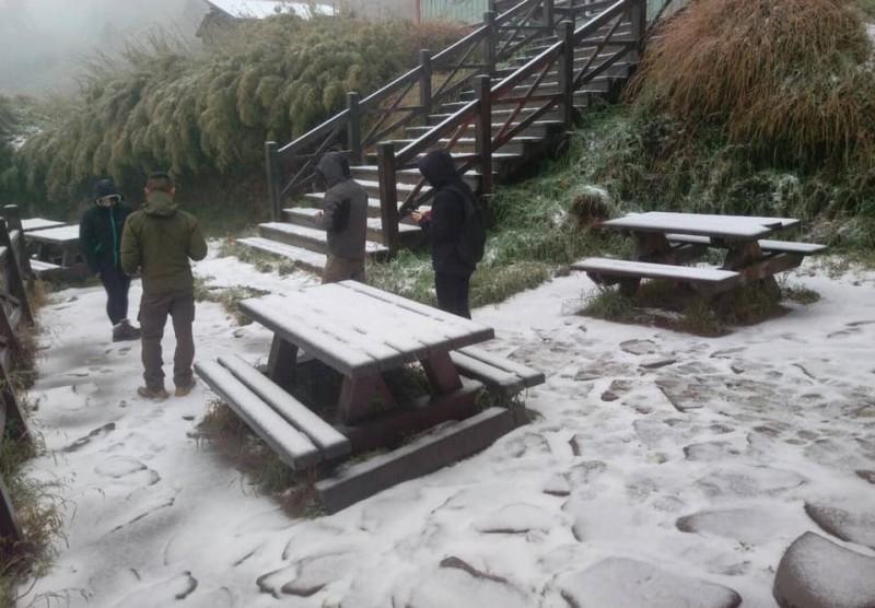 由於近日氣溫低、水氣多,雪山開始出現降雪,讓山友們相當興奮。(圖翻攝自布農卡里布灣登山隊臉書)