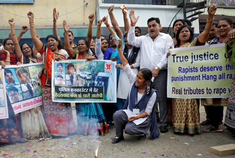 4名嫌犯在被警方射殺後,社會輿論對警方的觀感轉向,民眾紛紛上街放鞭炮慶祝。(路透)