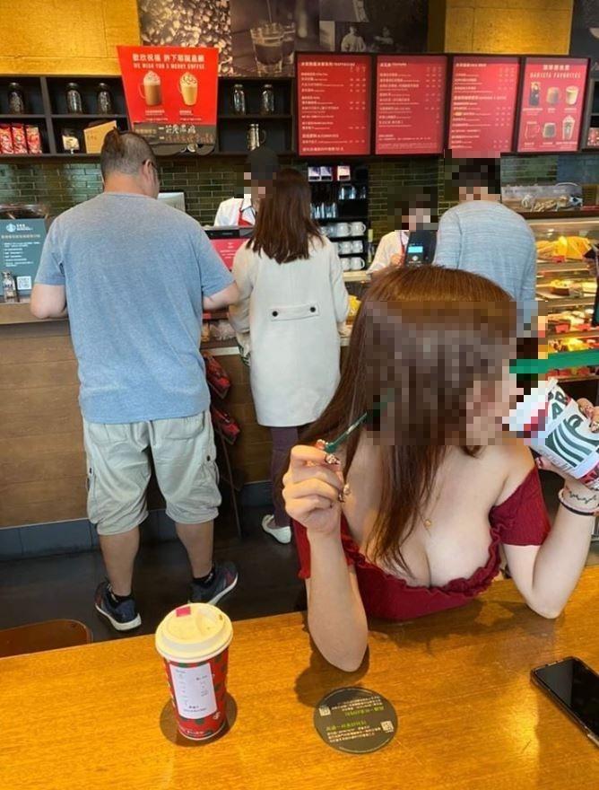 原PO貼出在星巴克喝咖啡的正妹照片。(圖擷自爆廢公社)