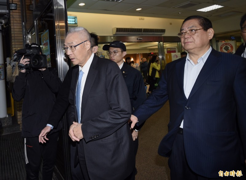 國民黨主席吳敦義(左)到台大醫院探視住院的立委陳玉珍、林奕華。(記者簡榮豐攝)