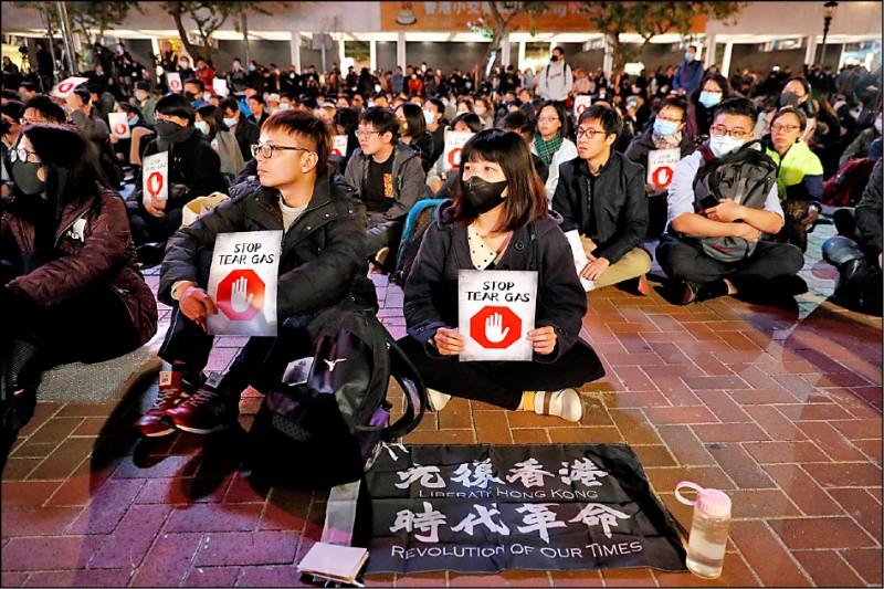香港反送中運動持續半年,港警發射上萬枚催淚彈引發爭議。香港民眾6日無畏寒風,在中環愛丁堡廣場舉行「吸吸可危—專家和你講,全城抵禦催淚煙」集會,反對政府使用催淚彈,要求政府公開催淚彈成分,另呼籲當局成立專家團隊並擬定醫療善後方案。大會聲稱出席人數多達兩萬,警方卻說最多只有600人。會上,有長者一度高喊「我要食雞蛋,唔要催淚彈」,眾人散會時更齊呼「12.8維園見」,預約8日遊行相見。(美聯社)