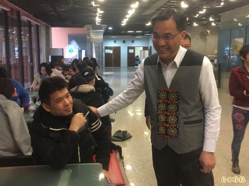 今天舉行一年一度原住民族語言能力認證測驗,原民會主委夷將· 拔路兒Icyang Parod巡視考場。(記者楊綿傑攝)