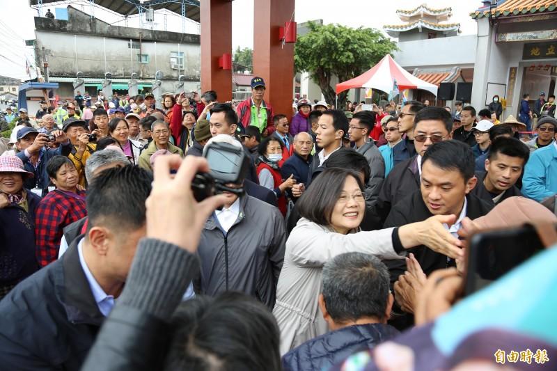 總統蔡英文今天南下屏東,挾帶「客家妹」人氣,受到六堆鄉親熱烈歡迎。(記者邱芷柔攝)