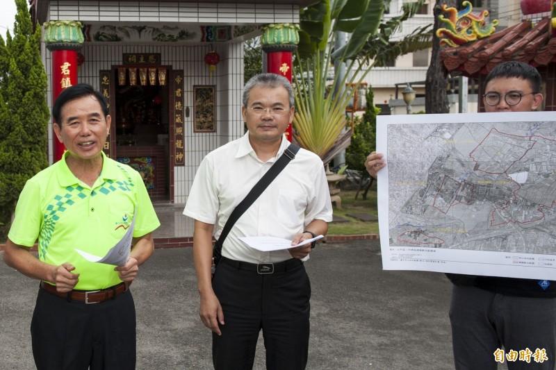 市議員吳敏濟(左1)邀水利局人員現勘,說明「假山坡地」解編成果。(記者黃鐘山攝)