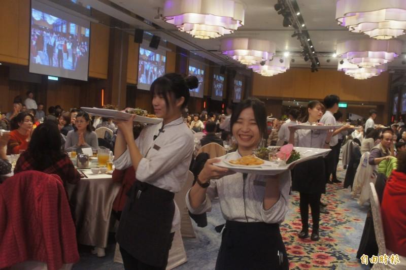 十二道澎湖故事菜上菜了,由笑容甜美服務生逐一送到各桌。(記者劉禹慶攝)