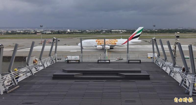 桃園國際機場二航廈戶外觀景平台即將啟用,航空迷可近距離拍攝阿聯酋航空的A380全球最大客機。(記者劉信德攝)
