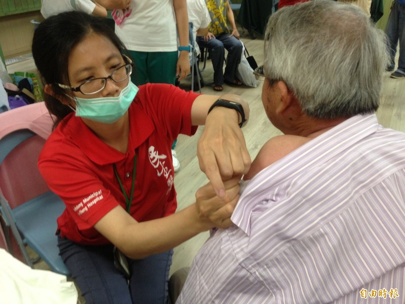 四價公費流感疫苗第二階段明天(8日)開打,服務65歲以上長者。(記者黃旭磊攝)