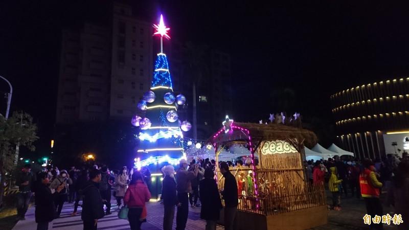 新營這棵10.5米高、名為「四季的旋律」的耶誕樹超特別,可點歌看不同光影變化。(記者楊金城攝)