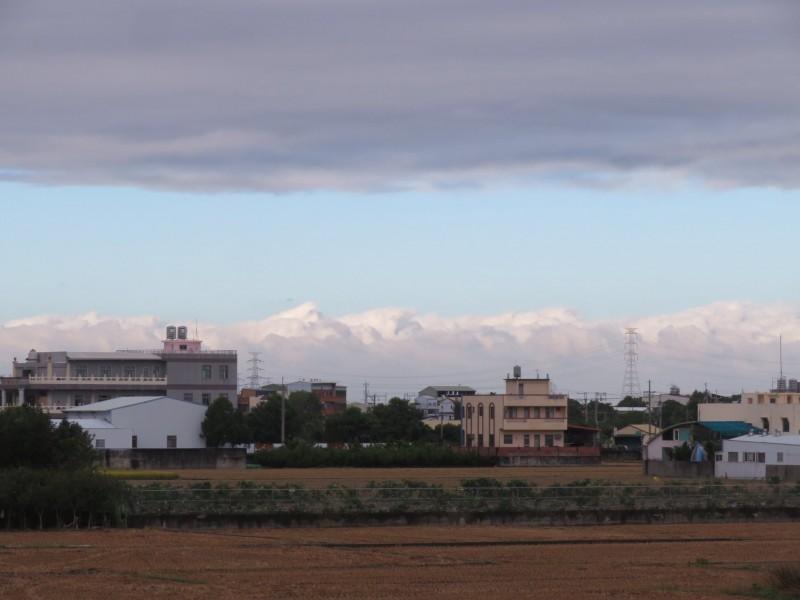 彰化出現「阿爾卑斯山脈」雪山連峰奇景!其實這是雲彩變幻。(記者顏宏駿翻攝自臉書「田中人」網頁)(記者顏宏駿攝)