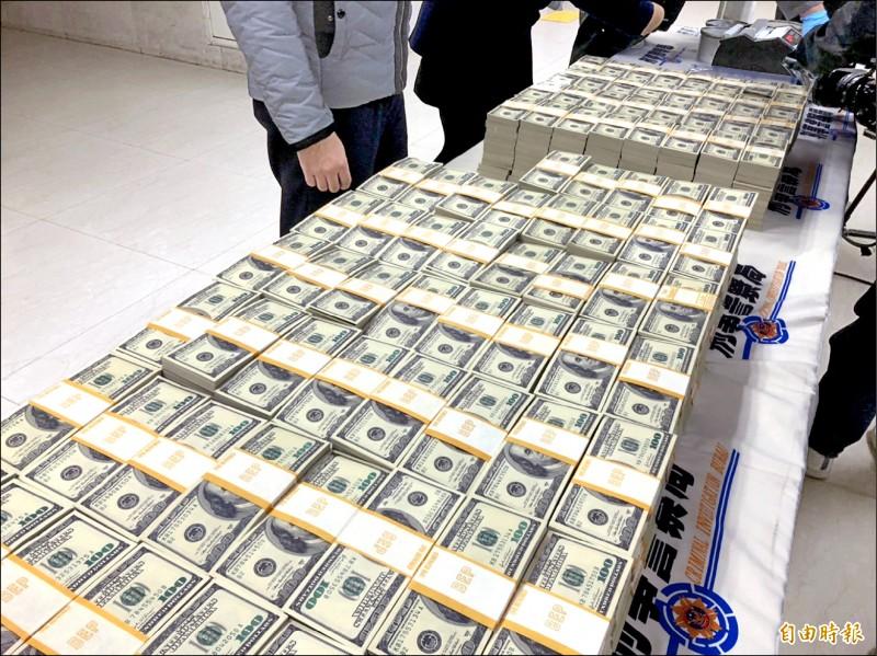 警方查扣近一千一百萬元假美鈔。(記者邱俊福攝)