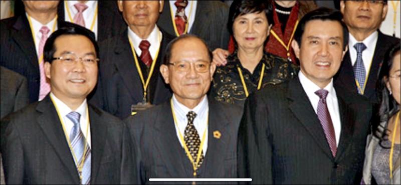 2008年12月23日,馬英九(右)在總統府接見羅文山(中)與中國政協委員許智明(左)。(取自中華黃埔四海同心會網頁,記者蘇永耀翻攝)