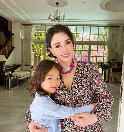 泰國第一位環球小姐亞芭詩拉(Apasra Hongsakula),今年已經72歲。(圖擷取自IG)