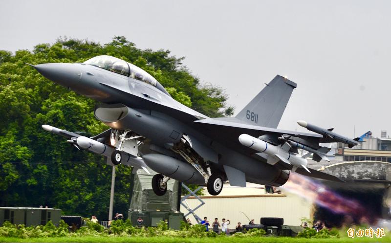 國防部高層官員證實,台美最新完成「F-16型機後續訓練案」簽署,金額高達台幣95億6490萬元,充分顯示台美軍事合作關係的深厚與重要性。(資料照)