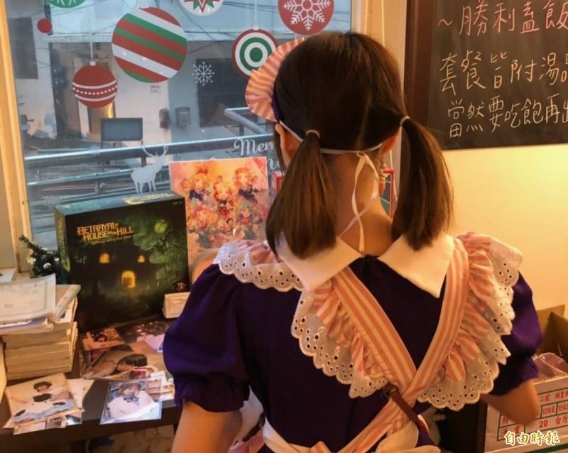 有民眾爆料,台南某間女僕咖啡廳老闆使用行動電源造型的針孔攝影機,偷拍員工更衣。圖為女僕示意圖,與本新聞無關。(資料照)
