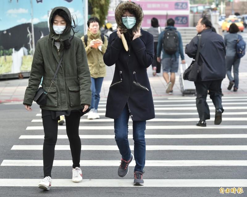 中央氣象局對新北市、桃園市、新竹縣市、金門縣發布「低溫黃色燈號」警示,提醒民眾今天晚上到明天上午局部地區有10度以下氣溫發生的機率。(資料照)