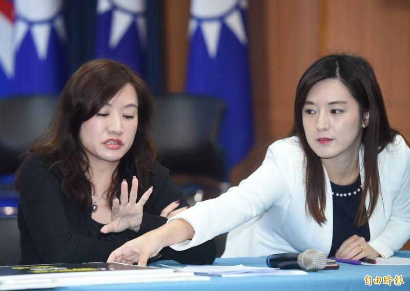 王淺秋(左)昨宣布轉任國民黨總統候選人韓國瑜競選辦公室總發言人,隨即與何庭歡(右)召開記者會。(資料照)