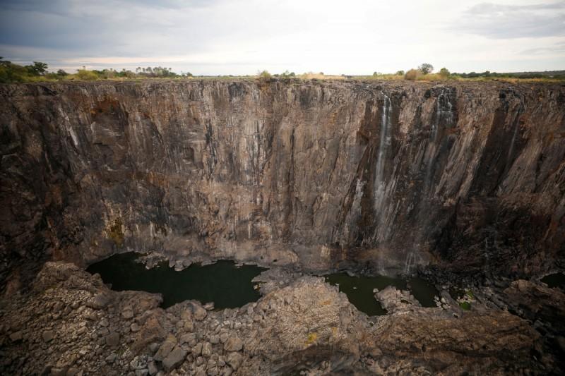 非洲南部面臨嚴重乾旱,維多利亞瀑布水位持續下降。(路透社)