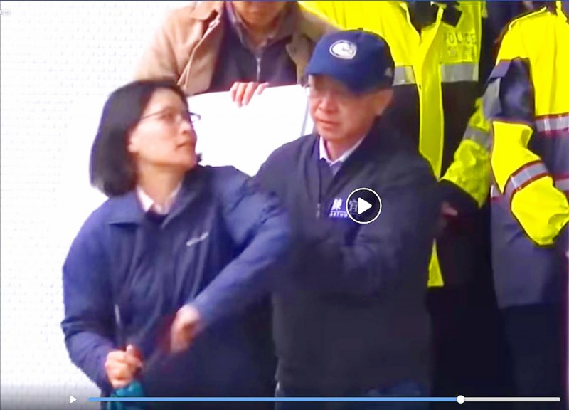 Chinese Nationalist Party (KMT) Legislator Arthur Chen, right, appears to push a police officer at the Ministry of Foreign Affairs building in Taipei on Friday.  Photo: Screen grab from Deputy Legislative Speaker Tsai Chi-chang's Facebook account
