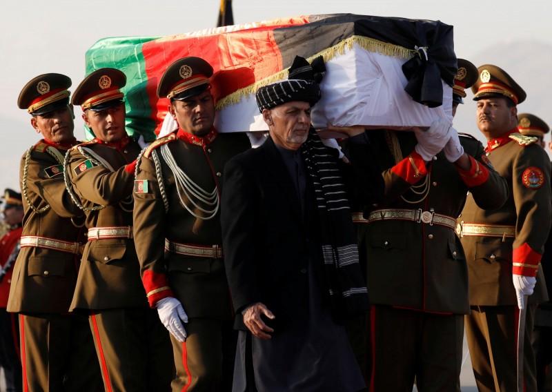 中村哲的大體今日運回日本,阿富汗當局在首都喀布爾機場舉行悼念儀式,阿富汗總統甘尼(中)也到場抬棺。(路透)