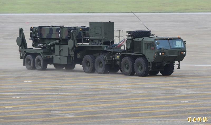 根據國防部最新公告指出,愛國者飛彈技術支援的採購合約,已在日前由我駐美軍事代表團與美國在台協會完成簽署,自今年11月底開始,至2022年6月完成,約計31個月,金額達到台幣15億975萬元。圖為愛國者三型飛彈車。(資料照)
