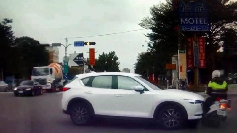 蘇姓員警支援勤務返程時,與轎車發生擦撞。(記者吳俊鋒翻攝)