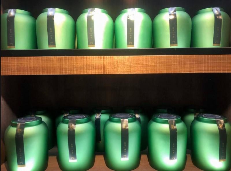 原PO貼出逛觀光茶廠看到的茶葉罐。(圖擷自爆廢公社)